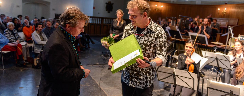Wethouder Joris Wijsmuller overhandigt Johan Wagenaar Prijs aan componist Martijn Padding (foto Rob Hogeslag)